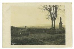 CARTE PHOTO DE DEUX TOMBES SUR LE CHAMP DE BATAILLE A SITUER GRACE A LA CROIX - Guerre 1914-18