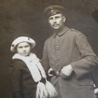 SIEBLEBEN - GOTHA - L. UHLE - DEUTSCHE FAMILIE DAZUMAL - SOLDAT MIT KLEINER TOCHTER AUF STUHL - VATER-KIND - Guerra, Militares