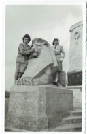 Foto/ Photo. Nieuport/Nieuwpoort. Monument Du Roi Albert Et Femmes. 1948. - Lieux