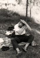 Photo Originale Gay & Playboy Pour Petit Coup De Peigne Pour Rester élégant En Sandalettes Chaussettes Vers 1960 - Anonieme Personen