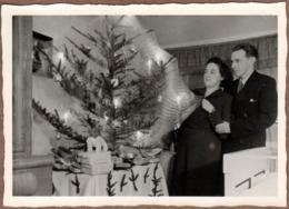 Etrange Photo Originale D'une Décoration De Sapin De Noël & Ses Boules Entourés De Toiles D'Araignée & Cadeaux Au Pied - Voorwerpen
