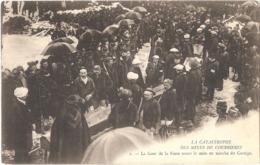 Dépt 62 - COURRIÈRES - Catastrophe Des Mines - N° 2 - La Cour De La Fosse Avant La Mise En Marche Du Cortège - Altri Comuni