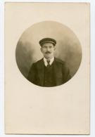 Homme Man Rppc Carte Photo Moustache Casquette Tondo Portrait à Situer - Anonieme Personen