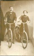 Carte Photo Couple Posant Avec Leurs Bicyclettes - Personnes Anonymes