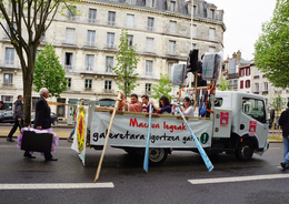 - 64 - Bayonne (64) _ Carte Postale Moderne - Manifestation Du 1er Mai - 8.923 - Bayonne