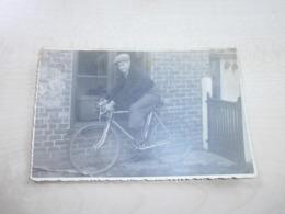 Ancienne  Photo Jeune Homme En Bicyclette - Personnes Anonymes