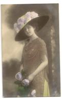 140 -  Jeune Dame - Chapeau Extravagant - Mode