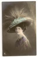 145 -  Jeune Dame - Chapeau Extravagant - Mode