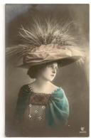 147 -  Jeune Dame - Chapeau Extravagant - Mode