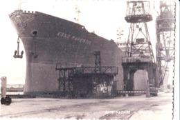2 Photos  : Chantiers Navals De Saint Nazaire (44)    Bateau ESSO Parentis à Quai - Schiffe