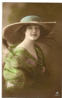166 - Jeune Dame - Chapeau Extravagant - Mode