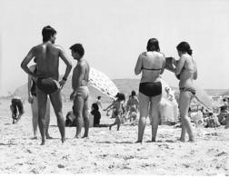 Photo Algérie. Relaxe Sur La Plage Du Cap Falcon, Un Vendredi Après-midi 1980. Photo Du Père G. Beeckmans - Afrique