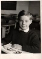 Carte Photo Originale Scolaire - Photo De Classe De L'écolier Modèle à La Lecture Vers 1960 - Personnes Anonymes