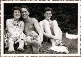 Photo Originale Gay & Playboy En Maillots De Bains Pour Sourires Niais & Forcés Aux Côté De Madame Vers 1950/60 - Personas Anónimos