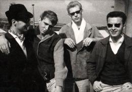 Amusante Photo Originale Gay & Playboys Rockers Aux Lunettes De Soleil Façon Stars Vers 1960/70 - Branleurs ! - Personnes Anonymes