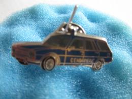 L Pin's Pin S Militaria Militaire Gendarmerie Peugeot 504 Breack Automobile Voiture - Militaria