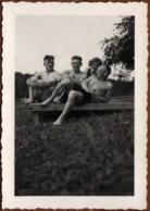 Photo Originale Gay & 3 Playboy Sexy Posant Nus En Maillot De Bain Pour Une Pin-Up Sur Un Banc Vers 1940 - Personas Anónimos