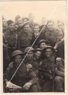 FOTO GROEP SOLDATEN MILITAIREN RONDOM EEN VROUW 1945 FOTO GENOMEN BIJ WIJGMALENHOEK WYGMAAL, DIVISIE 51 B012 Keur P012 - Hasselt