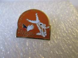 PIN'S     JUDO   JEUX  OLYMPIQUES  BARCELONE  SECOURS POPULAIRE - Judo