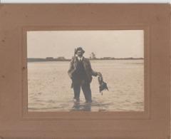 CHASSE AU GIBIER D'EAU - Chasseur Tenant Un Gibier Dans Sa Main - Lieu à Identifier Je Pense En Normandie. - Personas Anónimos