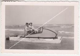 PHOTO LA MER EXCURSION EN PEDALO 1950 FOTO UITSTAPJE MET WATERFIETS / DE PANNE OOSTENDE KNOKKE WENDUINE HEIST DE HAAN - De Panne