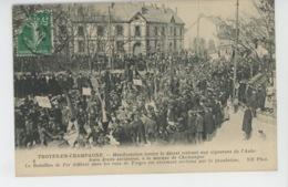 TROYES - MANIFESTATION DES VIGNERONS CHAMPENOIS DE L'AUBE - 1911 - Le Bataillon De Fer Défilant Dans Les Rues De Troyes - Troyes
