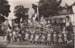 CARTE PHOTO:VILLENEUVE SAINT GEORGES (94) CHAR DRAPEAUX FRANÇAIS JEUNES FILLES COSTUMES FÊTE DES FLEURS JUILLET 1948 - Villeneuve Saint Georges