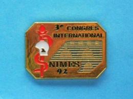 1 PIN'S //   ** 3ème CONGRÈS INTERNATIONAL / NIMES 92 / SERVICE DE SANTÉ Des SAPEURS POMPIERS ** . (S.D.I.S.30 ) - Pompiers