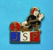 1 PIN'S  //   ** JSP / JEUNES SAPEURS POMPIERS ** . (A M C) - Pompiers