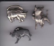 LOTE DE 3 PINS DE TOROS  (BULL-TORO) - Animales