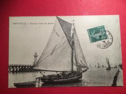 TTB 1908 TROUVILLE  Barque De Pêche  Avec Son Canot De Sauvetage Dans Les Jetées - Trouville