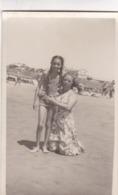 NIÑA CON MUJER EN LA PLAYA, MAR DEL PLATA 1948. GIRL FILLE WOMAN FEMME. OLD FASHION MAILLOTS SWIMSUITS -LILHU - Persone Anonimi