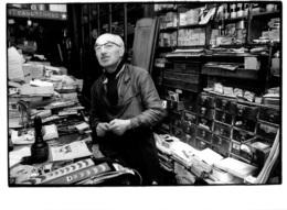 CORDONNERIE INTERIEUR AVEC CORDONNIER PHOTO ORIGINALE FORMAT  24 X 18 CM  PHOTO ISSUE D'UN LOT VILLE DE LYON - Professions