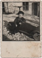 Fotografia Cm. 6,4 X 8,8 Con Bambinoi Su Automobile Giocattolo - Persone Anonimi
