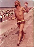 Photo Couleur Originale Hippie & Playboy Happy Sexy En Route Pour La Plage Dans Son Slip De Bain à Fleurs Kitsch 1970's - Personas Anónimos