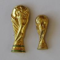 2 Pin's SPORT / FOOTBALL - TROPHEE COUPE DU MONDE  Au Dos FIFA - Calcio