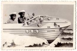 """PHOTOMONTAGE : SURRÉALISME / SURREALISM : PETIT MARIN Sur BATEAU FACTICE """"NEPTUN"""" - PHOTO FORAINE - 1965 - RRR ! (ad332) - Unclassified"""