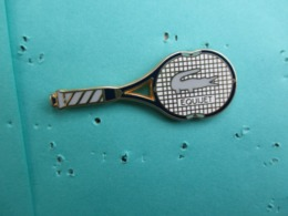 Pins Arthus Bertrand , Tennis , Raquette LACOSTE , Equijet , Cadre Et Manche ( Noir ) - Arthus Bertrand