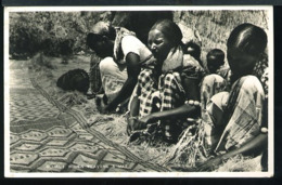 RA97 SOMALI WOMEN WEAVING A MAT - Somalia