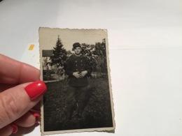 Photo Noir Et Blanc 1940  Vosges Homme Jusarupt Herpelmont Homme Militaire Debout Dans Le Jardin - Personnes Anonymes