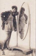Femme 1920 En Nuisette Devant Psyché - Femmes