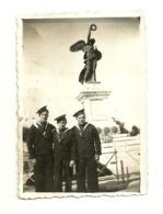 "6011 "" REGIA MARINA-TRE MARINAI DAVANTI AL MONUMENTO AI CADUTI DI GAETA ""- FOTO ORIGINALE - War, Military"