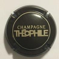 27 - Capsule De Champagne N°110 -Louis Roederer, Cuvée Théophile (Marron Foncé Et Blanc) - Roederer, Louis
