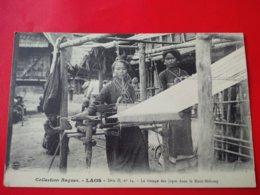 LAOS LE TISSAGE DES JUPES DANS LE HUT MEKONG - Laos