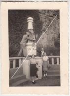 PHOTO ORIGINALE REMICH 1951 HOMME SIGARE ET GRANDE BOUTEILLE DE CREMANT BRUT CAVE ST MARTIN / FOURNISSEUR DE LA COUR - Remich
