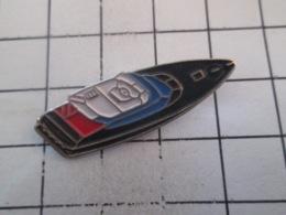 1019 Pin's Pins : BEAU ET RARE : Thème BATEAUX / CIGARETTE BATEAU RAPIDE A MOTEUR - Barcos