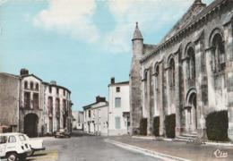 MORTAGNE Sur SEVRE. - La Place Du Marché. Voitures Années 60 Stationnées Dont Une Renault 4 L - Mortagne Sur Sevre