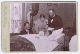 CDV   Photographie Postmortem Femme Dans Son Lit Entourée De Sa Famille - Oud (voor 1900)
