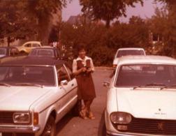 Photo Couleur Originale Modèles De Voitures Sur Un Parking Vers 1970/80 - Peugeot 204, Ford Granada Ghia, Cox, 504, - Automobiles
