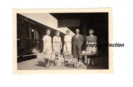 Damen Und Herr Mit Obstkörben Am Bahnhof Werder Havel, Foto, Datiert 1940 - Anonyme Personen